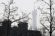 La croissance de l'économie française devrait ralentir à 0,3% au deuxième trimestre après celle de 0,5% enregistrée sur les trois premiers mois de 2016, prévoit la Banque de France dans sa première estimation fondée sur son enquête mensuelle de conjoncture d'avril publiée mardi. /Photo d'archives/REUTERS/Charles Platiau