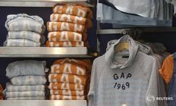"""Одежда GAP в магазине в Париже 3 марта 2016 года. Ритейлер одежды Gap Inc отчитался о снижении продаж пятый квартал кряду из-за ослабления спроса на бренды Banana Republic и Old Navy, в то время как компания пытается вернуть покупателей, переключившихся на представителей """"быстрой моды"""". REUTERS/Jacky Naegelen"""