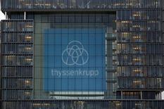 """Thyssenkrupp a réduit mardi ses prévisions de résultats pour 2016 en raison de la tendance baissière des prix des métaux qui s'est révélée plus longue et plus prononcée que ce qu'il avait anticipé. Le groupe industriel allemand prévoit désormais un résultat d'""""au moins 1,4 milliard d'euros"""" pour l'ensemble de l'exercice clos fin septembre, au lieu d'une prévision précédente de 1,6-1,9 milliard. /Photo d'archives/REUTERS/Ina Fassbender"""