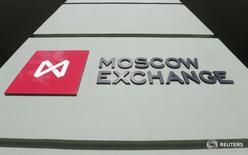 Логотип на здании Московской биржи 14 марта 2014 года. Российские акции усилили снижение во второй половине дня из-за весьма резкого движения в отдельных бумагах, к числу которых примкнули и акции МТС. REUTERS/Maxim Shemetov