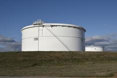Un estanque de petróleo de Enbridge Inc, visto durante un tour a los medios en su fábrica en Cushing, Oklahoma. 24 de marzo de 2016. La Administración de Información de Energía de Estados Unidos (EIA) aumentó el martes su pronóstico de crecimiento para la demanda de petróleo mundial este año en 270.000 barriles por día, a 1,43 millones de bpd. REUTERS/Nick Oxford