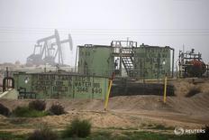 Станки-качалки на месторождении близ Бейкерсфилда, Калифорния 17 января 2015 года. Цены на нефть в среду немного отошли от достигнутых накануне уровней из-за производство в канадском регионе нефтеносных песков постепенно восстановится после сбоев, связанных с лесными пожарами, а также на фоне рекордного уровня запасов, особенно в США, оказавшего давление на рынки. REUTERS/Lucy Nicholson