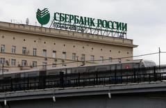 Логотип Сбербанка на крыше здания в центре Москвы. Крупнейший госбанк РФ Сбербанк в январе-апреле увеличил чистую прибыль, рассчитанную по российским стандартам бухгалтерского учета, почти в три раза до 142,3 миллиарда рублей, сообщил банк. REUTERS/Maxim Zmeyev