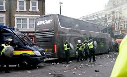 Garrafas jogadas contra ônibus do Manchester United antes de partida na Inglaterra.  10/05/2016 Reuters / Eddie Keogh Livepic
