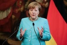 La canciller alemana Angela Merkel en una rueda de prensa en Roma, Mayo 5, 2016. Las bajas tasas de interés del Banco Central Europeo son una carga para las fundaciones benéficas pero depende de los gobiernos de la zona euro fomentar el crecimiento necesario para acelerar la inflación y permitir que el BCE eleve los tipos, dijo el miércoles la canciller alemana, Angela Merkel.    REUTERS/Max Rossi