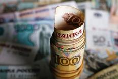Рублевые купюры. Рубль показывает минимальные изменения на биржевой сессии четверга после обновления максимумов текущего года на фоне дорогой нефти.  REUTERS/Kacper Pempel