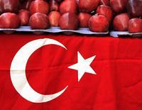 Турецкий флаг украшает стол продавца фруктов в Стамбуле.  Россельхознадзор планирует полностью запретить поставки овощей и фруктов из Турции на следующей неделе, сообщил Интерфакс со ссылкой на замглавы Россельхознадзора Юлию Швабаускене. REUTERS/Fatih Saribas