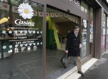 Casino a engagé la réorganisation de ses opérations de e-commerce regroupées sous la bannière Cnova, défaisant ce qu'il avait constitué deux ans plus tôt et retirant Cnova de la cote aux Etats-Unis, où son cours s'est effondré. /Photo d'archives/REUTERS/Jacky Naegelen