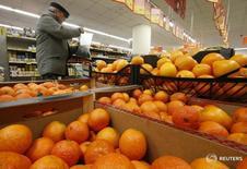 Апельсины в магазине Дикси в Москве 1 декабря 2015 года. Инфляция в России с 5 по 10 мая 2016 года составила 0,1 процента, как и в предыдущие две недели, сообщил Росстат.  REUTERS/Sergei Karpukhin