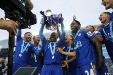 Jogadores do Leicester City levantando taça do Campeonato Inglês.   07/05/2016    Action Images via Reuters / Andrew Boyers/ Livepic