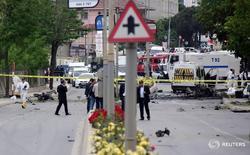 Полиция на месте взрыва в Стамбуле 12 мая 2016 года. Шесть военных и один гражданский получили ранения при взрыве автомобиля рядом с военной базой в крупнейшем городе Турции - Стамбуле, сообщили власти в четверг. REUTERS/Yagiz Karahan