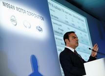 Pour le PDG de Renault-Nissan Carlos Ghosn, le plus grand défi pour Nissan après la prise de contrôle de Mitsubishi Motors sera de rétablir la réputation, la rentabilité et la croissance de ce dernier. Mitsubishi Motors est confronté depuis avril à un nouveau scandale, le troisième en 20 ans, le constructeur ayant avoué avoir exagéré les performances de quatre de ses mini-véhicules en termes d'économies de carburant. /Photo prise le 12 mai 2016/REUTERS/Thomas Peter