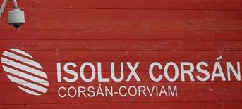 El grupo de construcción e ingeniería Isolux Corsan dijo el viernes que incrementó sus pérdidas en 2015 hasta los 52 millones de euros, un 24 por ciento superiores a los 42 millones que perdió un año antes, por la cancelación de proyectos en Brasil.  En la imagen, una cámara de vigilancia sobre un logo de Isolux Corsán en Madrid, 9 de mayo de 2016.  REUTERS/Sergio Pérez