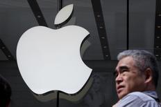 Логотип Apple на третьем магазине компании в Шанхае. Apple Inc инвестировала $1 миллиард в китайский сервис заказа такси Didi Chuxing, что, по словам главы технологической компании Тима Кука, поможет ей лучше понимать важный китайский рынок.   REUTERS/Aly Song/File Photo