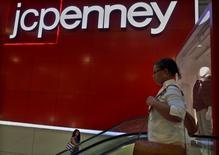JC Penney est l'une des valeurs à suivre vendredi sur les marchés américains. Le distributeur a annoncé une baisse (-1,6%) des ventes sur le premier trimestre clos le 30 avril, trois mois marqués par une chute de la demande d'articles de confection.  /Photo d'archives/REUTERS/Brendan McDermid