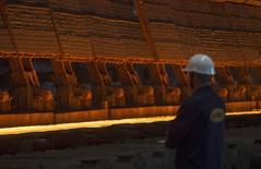 Le G7 va prendre des mesures pour lutter contre les surcapacités mondiales dans le secteur sidérurgique, que beaucoup disent saturé par la production chinoise. Si le texte est adopté lors du sommet du G7 qui se tiendra au Japon à la fin du mois, il pourrait inciter la Chine, qui produit près de la moitié de l'acier mondial, à prendre des mesures concrètes pour freiner sa production. /Photo prise le 3 août 2015/REUTERS/Maxim Shemetov