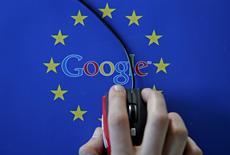 Google est menacé d'une amende record d'environ trois milliards d'euros de la part des autorités européennes de la concurrence dans les semaines à venir, selon le Sunday Telegraph. L'amende pourrait tomber début juin. /Photo d'archives/REUTERS/Dado Ruvic