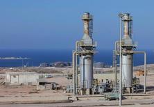 Нефтяной порт Марса эль-Харига в Ливии. Цены на нефть выросли более чем на 1 процент в понедельник, после того как Goldman Sachs сообщил, что рынок освободился от длившегося почти два года переизбытка на фоне сбоев в поставках и перешёл к дефициту.  REUTERS/Ismail Zitouny/File Photo