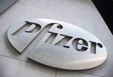 Логотип Pfizer на здании штаб-квартиры в Нью-Йорке. Pfizer Inc купит Anacor Pharmaceuticals Inc за $5,2 миллиарда, чтобы получить доступ к экспериментальному гелю Anacor для лечения экземы.    REUTERS/Andrew Kelly/File photo