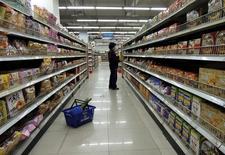 Un cliente mira productos en un supermercado en Lianyungang, China. 19 de octubre de 2015. El consumo fue el responsable de una mayor parte de la expansión económica de China en el primer trimestre del 2016 comparado con el año previo, según un artículo publicado el lunes en el diario local People's Daily. REUTERS/China Daily