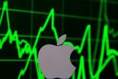 Le titre Apple gagne plus de 2% dans les transactions en avant-Bourse lundi dans des volumes nourris après l'annonce de l'entrée à son capital de Bershire Hathaway, le groupe dirigé par l'investisseur Warren Buffett. /Photo prise le 28 avril 2016/REUTERS/Dado Ruvic