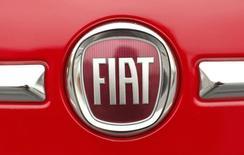 Las acciones europeas cerraron el martes con leves caídas, con avances de Taylor Wimpey y Vodafone por mejores perspectivas corporativas que fueron contrarrestadas por un fuerte retroceso del sector automotriz. En la imagen, el logo de Fiat sobre un automóvil Fiat 500 fotografiado en Vienna, Virginia, el 26 de abril de 2012. REUTERS/Kevin Lamarque