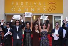 """Elenco e diretor do filme """"Aquarius"""" Kleber Mendonça Filho (D) protestam em Cannes. 17/5/2016.   REUTERS/Yves Herman"""