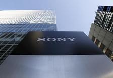 El logo de Sony Corp, visto afuera de su sede en Tokio, Japón. 27 de enero de 2016. El gigante tecnológico japonés Sony Corp dijo que planea impulsar su negocio de inteligencia artificial (IA) y eventualmente convertirlo en una gran fuente de ingresos, comenzando con una inversión en una incipiente empresa estadounidense. REUTERS/Yuya Shino