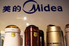 Le groupe chinois d'électroménager Midea Group a lancé une offre de 115 euros par action sur le fabricant allemand de robots industriels Kuka, une transaction qui valorise ce dernier à environ 4,5 milliards d'euros. /Photo prise le 18 mai 2016/REUTERS/Kim Kyung-Hoon
