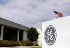 General Electric confirme ses objectifs cette année malgré un environnement difficile pour ses activités pétrolières et gazières, une baisse de ses marges industrielles et un ralentissement de la croissance de ses ventes. /Photo prise le 13 avril 2016/REUTERS/Mike Blake