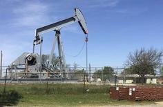 Станок-качалка в Вельме, Оклахома 7 апреля 2016 года. Цены на нефть опустились ниже $48 за баррель в четверг из-за укрепления доллара, а также после того, как неожиданный рост запасов в США напомнил, что поставки остаются обширными, несмотря на перебои. REUTERS/Luc Cohen