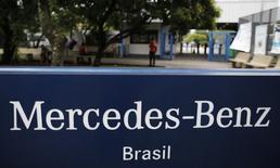 Надпись Mercedes-Benz у входа на завод компании в городе Сан-Бернарду-ду-Кампу близ Сан-Паулу. 7 января 2015 года. Daimler сообщил о снижении прогноза прибыли своего грузового подразделения из-за превысившего ожидания ослабления рынков, а также объявил о резервировании около 500 миллионов евро ($560 миллионов) на новый отзыв из-за подушек безопасности. REUTERS/Nacho Doce