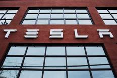 Логотип Tesla на здании у дилерского центра компании в Нью-Йорке. 29 апреля 2016 года. Tesla Motors Inc продала обыкновенные акции на сумму $1,46 миллиарда, согласно IFR, для финансирования расширения производства электромобилей до 500.000 штук в год к 2018 году. REUTERS/Lucas Jackson/File Photo