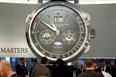 Stand Lange & Söhne, filiale de Richemont, au Salon International de la Haute Horlogerie de Genève. Le groupe de luxe suisse ne s'attend à aucune amélioration de l'environnement opérationnel à court terme après un nouveau ralentissement de la croissance des ventes à taux de change constants au dernier trimestre de son exercice annuel et une chute de 15% des ventes en avril, conséquence de la faiblesse du marché des montres à Hong Kong et en Europe./Photo prise le 18 janvier 2016/REUTERS/Pierre Albouy