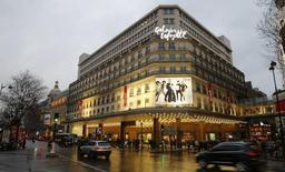 La CFE-CGC et la CFTC ont signé avec la direction des Galeries Lafayette un accord qui pourrait permettre l'ouverture de ses magasins sur les grands boulevards parisiens tous les dimanches de l'année, /Photo prise le 1er mars 2016/REUTERS/Jacky Naegelen