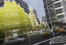 Офисные здания отражаются в мониторе, демонстрирующем курс иены к доллару. Доллар упал к иене в понедельник на фоне снижения фондового рынка Токио и данных, показавших, что положительное сальдо торгового баланса Японии в апреле оказалось значительно выше ожиданий.  REUTERS/Toru Hanai