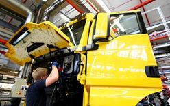 El crecimiento empresarial de la zona euro se ralentizó levemente en mayo, mostró el lunes un sondeo, en la última evidencia que sugiere que la fuerte aceleración del crecimiento del primer trimestre fue sólo temporal. En la imagen, un trabajador de una planta de producción de camiones y autobuses de la alemana MAN AG en Múnich, el 30 de julio de 2015. REUTERS/Michaela Rehle