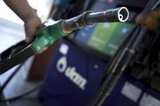 Un empleado toma un surtidor de bencina en una gasolinera de Bangkok, Tailandia. Goldman Sachs prevé que los precios del petróleo en Estados Unidos se mantengan en un rango de entre 50 y 60 dólares por barril al 2020, debido principalmente a mejoras en los niveles de productividad de los hidrocarburos no convencionales y una mayor oferta de países de la OPEP. REUTERS/Athit Perawongmetha