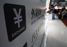 Символ иены у входа в пункт обмена валюты в аэропорту Нарита близ Токио. 25 марта 2016 года. Иена удерживала набранное преимущество во вторник благодаря бегству инвесторов от риска и спаду ожиданий вмешательства Японии для ослабления национальной валюты после очередного предостережения США против интервенции на прошлой неделе. REUTERS/Yuya Shino