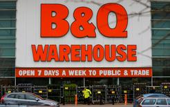 Kingfisher, propriétaire entre autres des enseignes B&Q, fait état d'une solide croissance de ses ventes sur son premier trimestre clos le 30 avril en dépit d'une faible progression en France où il contrôle les chaînes Castorama et Brico Dépôt.  /Photo prise le 23 mars 2016REUTERS/Darren Staples