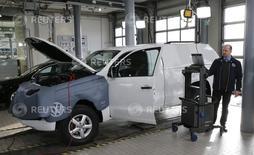 Un juez de primera instancia de la ciudad cántabra de Torrelavega ha rechazado anular la venta o instar a la devolución de los 34.500 euros que costaba un coche Volkswagen en 2012 con un motor que emitía más gases de los declarados. En la foto, un técnico actualiza el software de un coche en un concesionario de Volkswagen en Berlín el 2 de febrero de  2016. REUTERS/Fabrizio Bensch