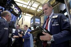 Трейдеры на Уолл-стрит. Уолл-стрит открыла ростом торги вторника, отыграв часть потерь понедельника, при этом лучшую динамику показывает банковский сектор, поскольку инвесторы оценивают вероятность повышения ставки ФРС США в июне.  REUTERS/Brendan McDermid