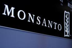 Monsanto a rejeté l'offre de rachat de 62 milliards de dollars (55,63 milliards d'euros) de l'allemand Bayer, qu'il juge insuffisante, mais s'est dit ouvert à des négociations. Le groupe américain juge la proposition actuelle, à 122 dollars par action, incomplète et financièrement inadéquate. /Photo d'archives/REUTERS/Brendan McDermid
