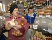 Магазин во Владивостоке 17 марта 2009 года. Российский президент Владимир Путин в среду вновь заявил о необходимости не допустить увеличения бюджетного дефицита и ускорения инфляции. REUTERS/Yuri Maltsev