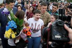 Украинка Надежда Савченко разговаривает с прессой в киевском аэропорту Борисполь 25 мая 2016 года. Летчица и депутат Савченко с триумфом вернулась на родину после 700 дней российской тюрьмы и пообещала продолжить борьбу - в парламенте и на фронте.  REUTERS/Gleb Garanich