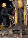 Imagen de archivo de un trabajador en la mina peruana de cobre Toromocho, ene 13, 2006. Los trabajadores de la mina peruana de cobre Toromocho, de Chinalco Mining Corp, planean una huelga de cuatro días a partir del 31 de mayo, en protesta por la suspensión de un bono trimestral vinculado a los resultados financieros, dijeron el miércoles el sindicato y la empresa.  REUTERS/Robin Emmott