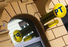 Le Trésor italien compte placer sur le marché une participation de 30% dans Poste Italiane après avoir dans un premier temps transmis 35% du capital à l'équivalent de la Caisse des dépôts en Italie. Cette procédure en deux temps aboutira à la cession complète par le Trésor des services postaux italiens, partiellement privatisés en octobre dernier. /Photo prise le 9 octobre 2015/REUTERS/Alessandro Bianchi