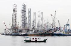 Морские буровые платформы в порту Сингапура.  Стоимость нефти марки Brent превысила отметку $50 за баррель в ходе торгов четверга, впервые почти за семь месяцев, из-за признаков постепенно снижающегося избытка предложения на рынке за неделю до встречи участников клуба нефтепроизводителей ОПЕК.REUTERS/Tim Wimborne/File Photo