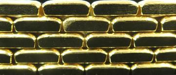 """Barras de oro en la planta """"Oegussa"""" en Viena, mar 18, 2016. La amenaza que supone para el oro que suban los costos del endeudamiento en Estados Unidos va a superar el impacto potencialmente positivo de una serie de tensiones geopolíticas, a juzgar por la relación que han tenido los precios del metal y las tasas de interés reales en los últimos años.    REUTERS/Leonhard Foeger"""