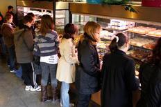 Elior a annoncé l'acquisition de la société américaine de restauration collective Preferred Meals, une transaction qui va permettre au groupe français d'élargir son offre au marché de l'enseignement et de renforcer sa présence dans les maisons de retraite. Preferred Meals, spécialisée dans la préparation d'encas et de repas complets également destinés à la livraison à domicile, a enregistré l'an dernier un chiffre d'affaires d'environ 225 millions de dollars. /Photo d'archives/REUTERS/Charles Platiau